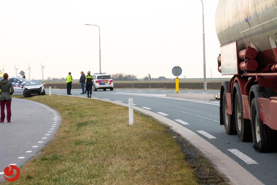 Personenauto botst tegen zijkant vrachtwagen