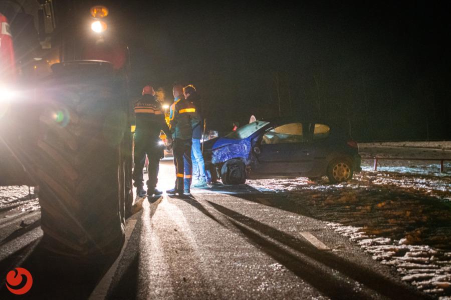 Auto en trekker botsen op parallelweg N351