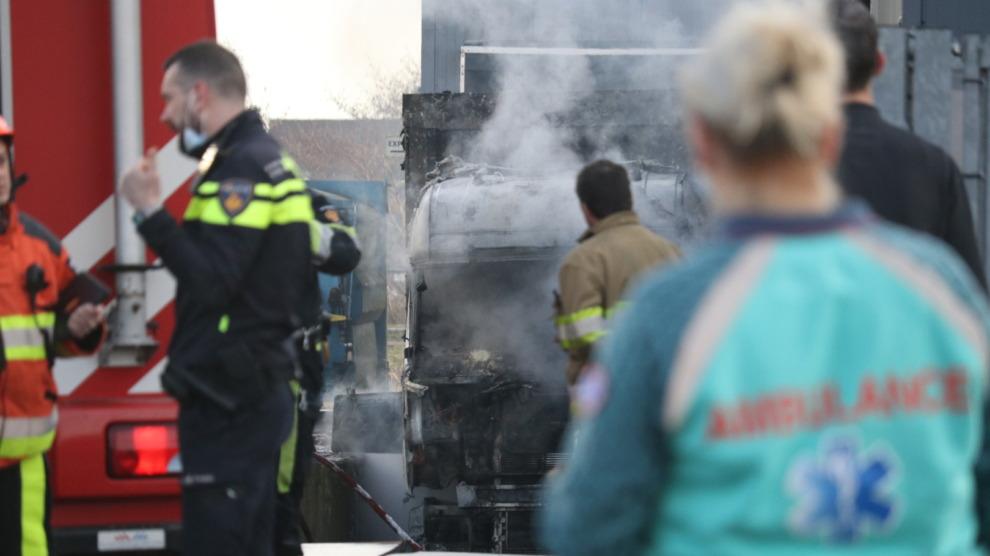 Vrachtwagen met oplegger compleet verwoest door felle brand
