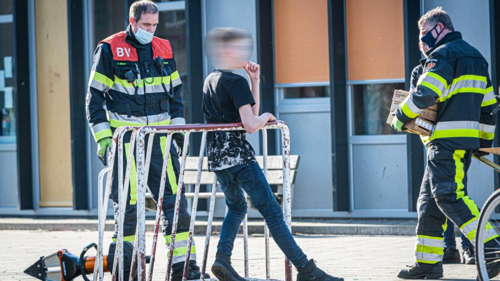 Brandweer bevrijdt jongen uit voetbaldoel