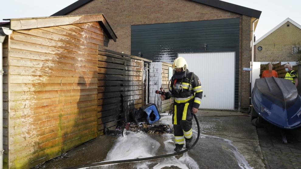Container met zaagsel vat vlam