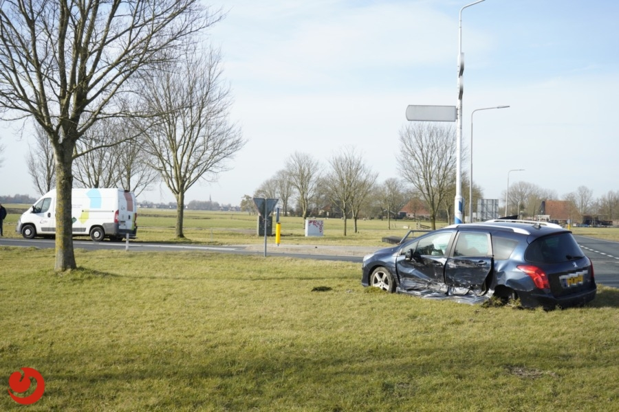Botsing tussen auto en bestelbus op kruising