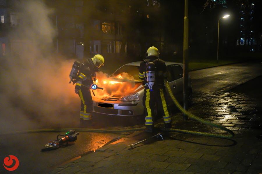 Geparkeerde auto vliegt in brand
