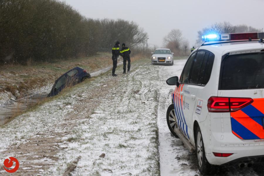 Auto's in sloot door winterweer