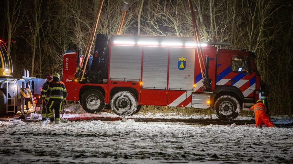 Hulpverleningsvoertuig brandweer vast in berm na inzet