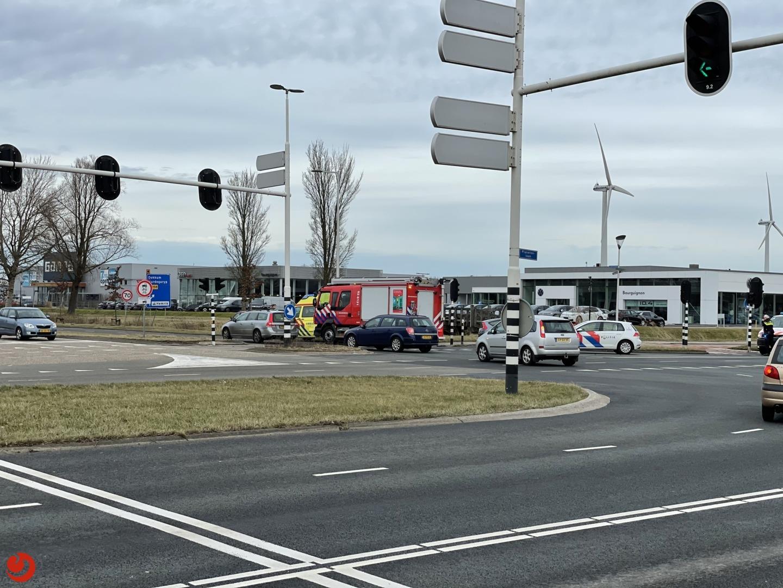 Twee auto's in botsing op kruising.