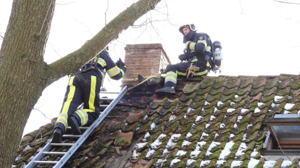 Brand in dak van woning