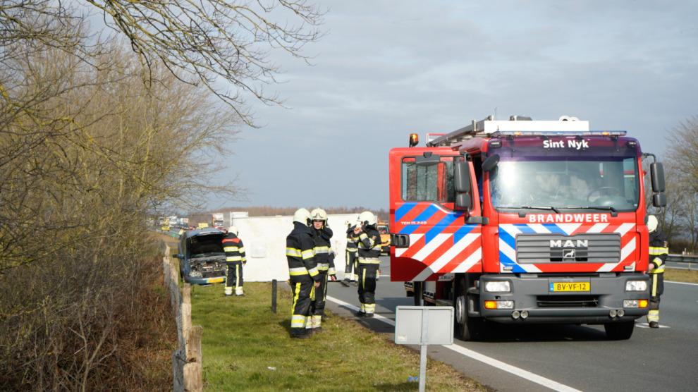 Auto met geschaarde caravan veroorzaakt verkeershinder op A6