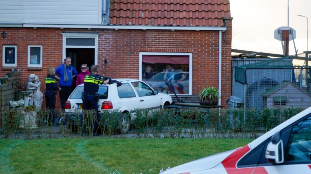 Auto rijdt tegen woning