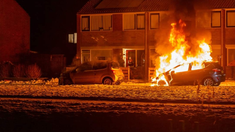Twee auto's verwoest na brandstichting