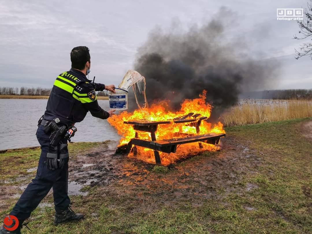 Brandweer en politie blussen in brand gestoken bankje