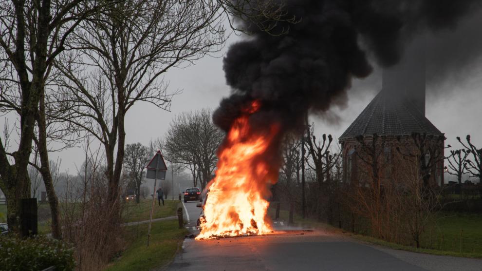 Felle brand verwoest auto