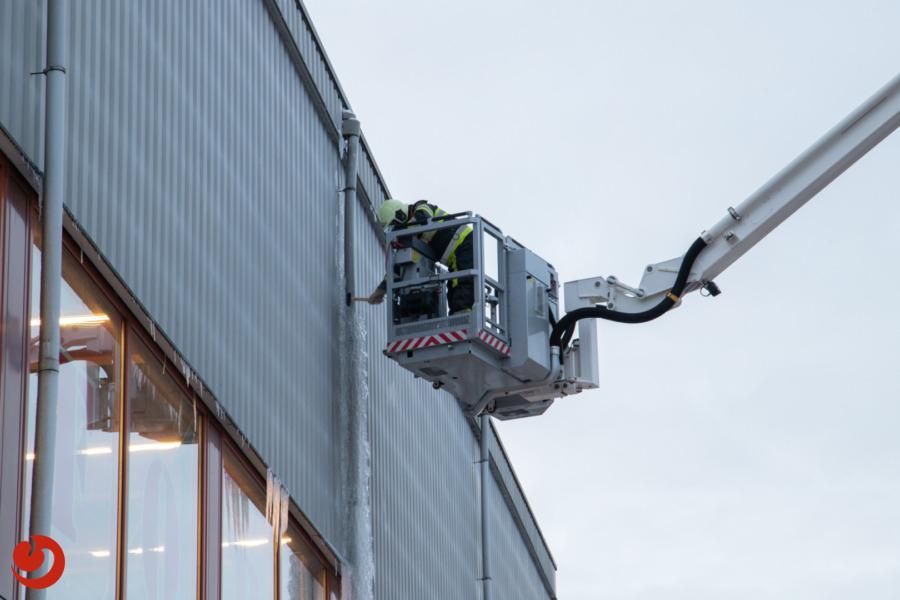 Brandweer verwijdert gevaarlijke ijspegels