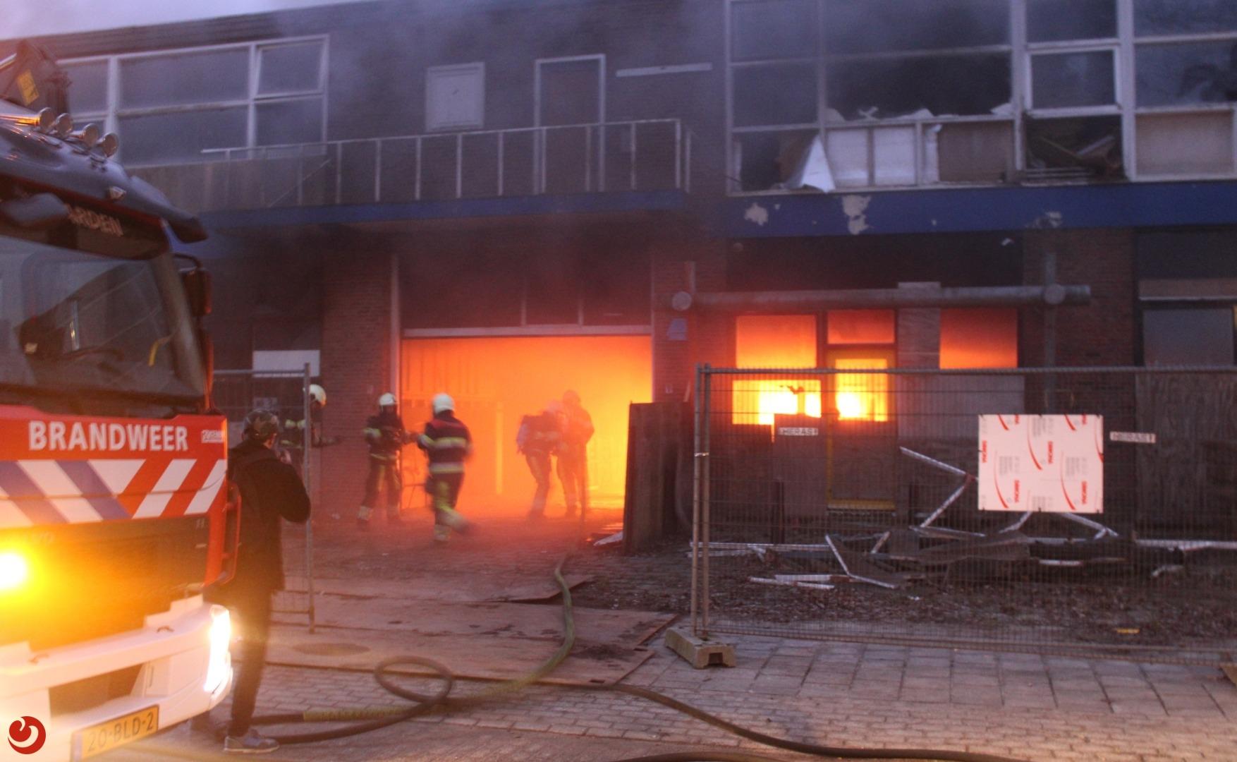 Felle brand in voormalig garagebedrijf De Zeeuw