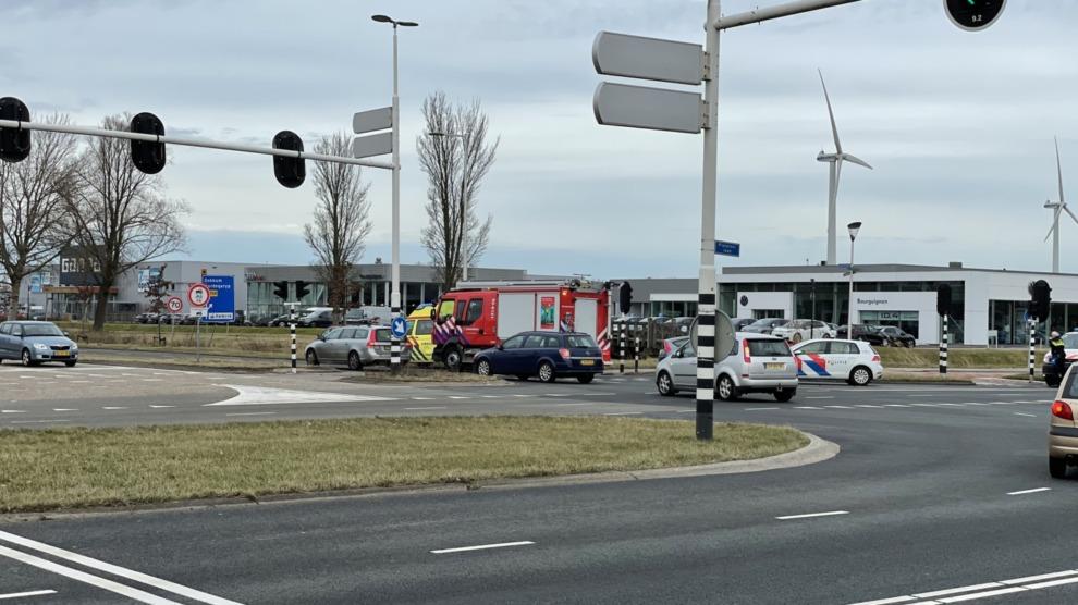 Twee auto's in botsing op kruising