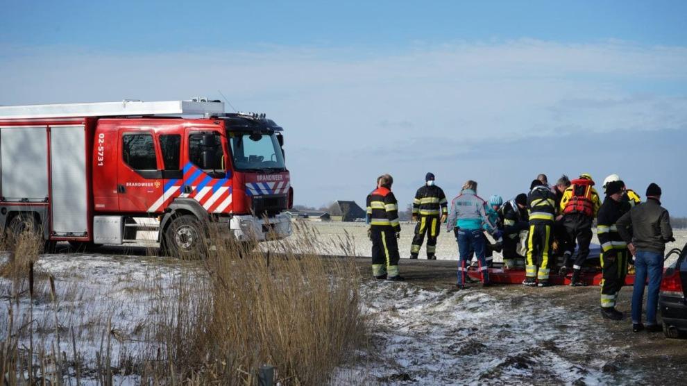Hulpdiensten redden persoon van ijs