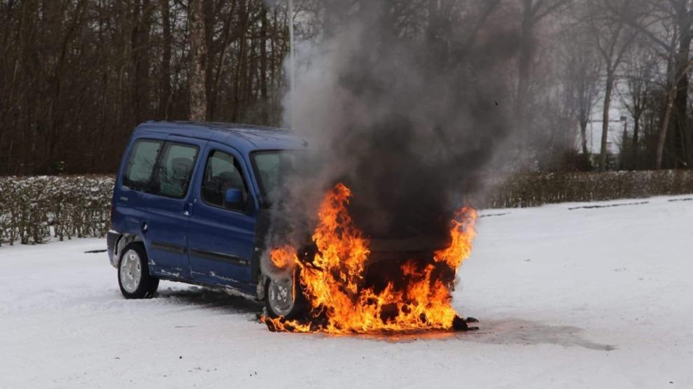 Auto vliegt in brand tijdens racen in de sneeuw