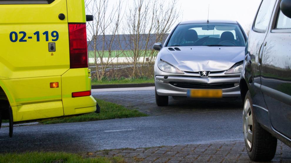 Vrouw gewond na botsing bij wegversmalling
