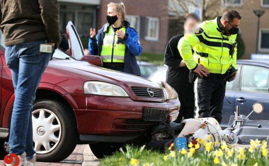 Scooterrijder gewond na aanrijding met personenauto