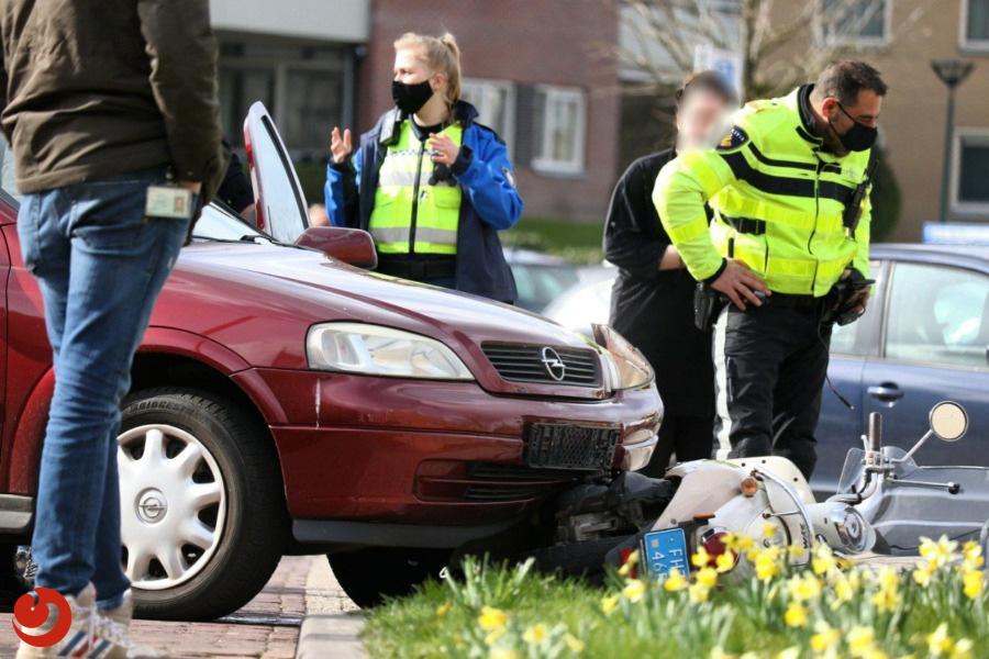 Scooterrijder gewond na aanrijding met personenauto.