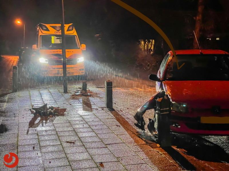 Auto botst op twee paaltjes in woonwijk