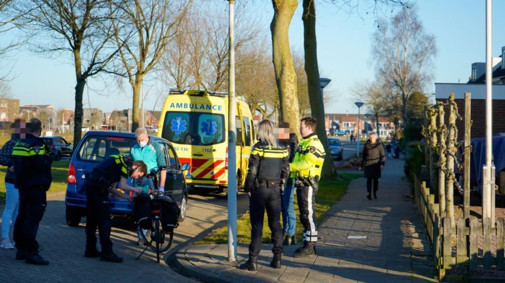 Auto schept fietsster op kruising: politie doet onderzoek