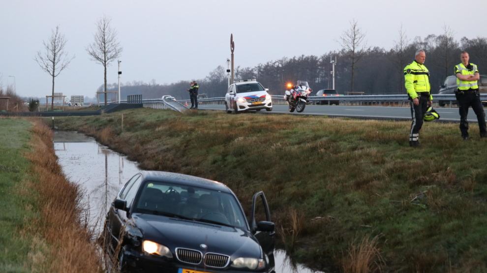 Auto te water N381; bestuurder naar ziekenhuis