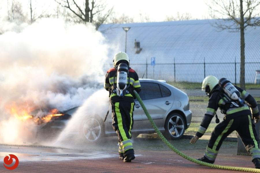 Auto in brand bij politieacademie