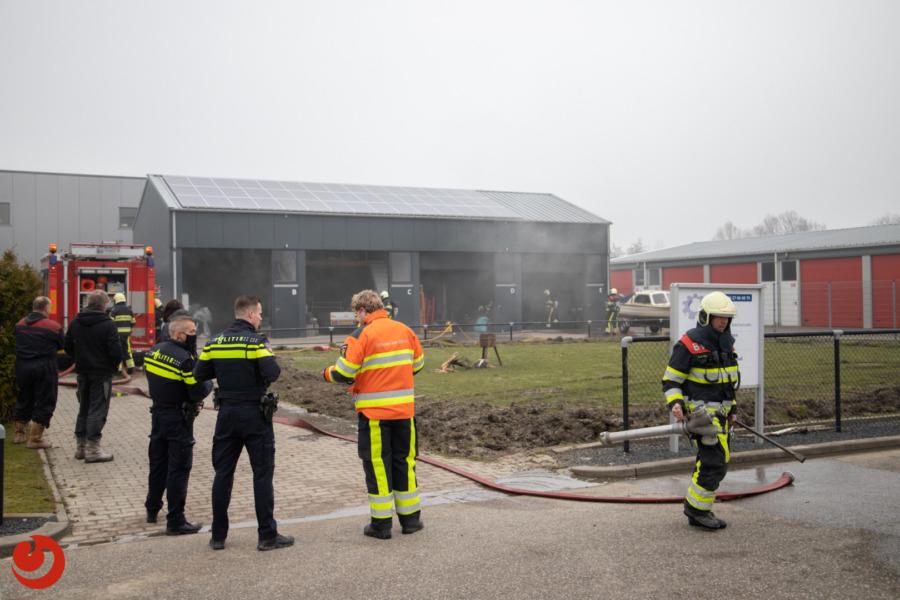 Auto uitgebrand in loods