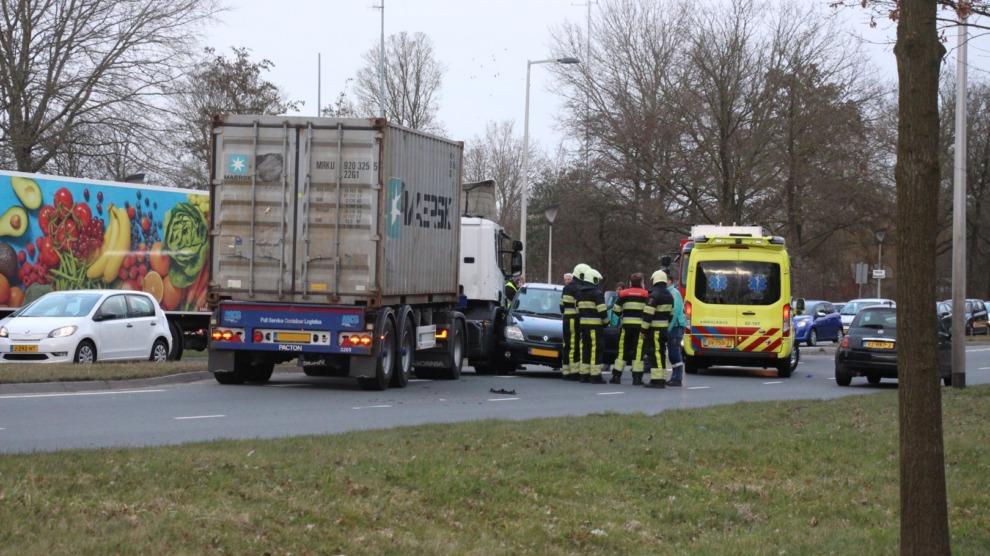 Auto komt voor vrachtwagen terecht