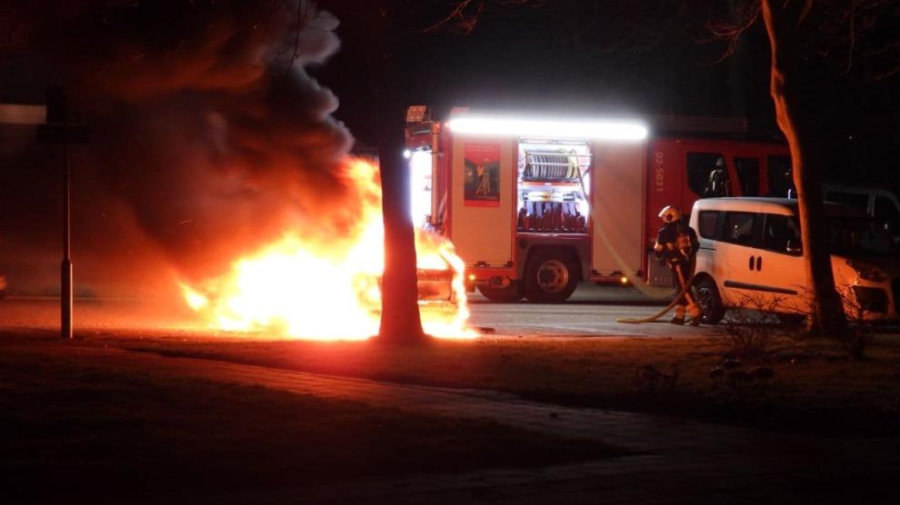 Brandweer blust felle autobrand