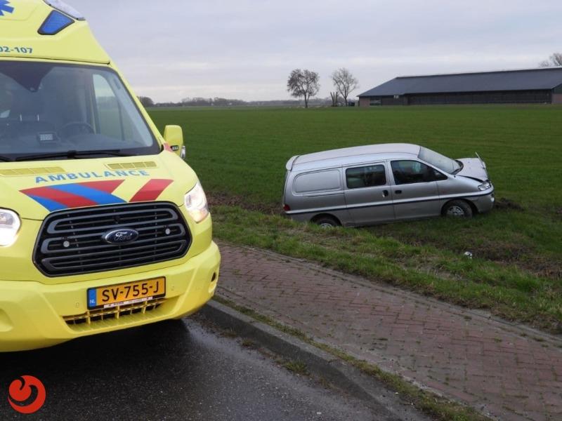 Auto schiet door en belandt in weiland
