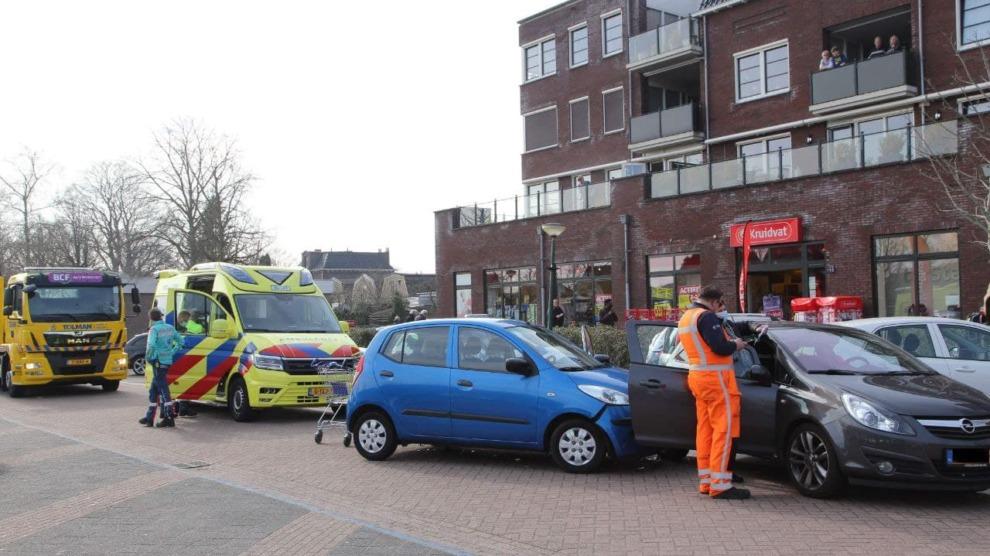 Auto's in botsing op parkeerplaats; vrouw gewond