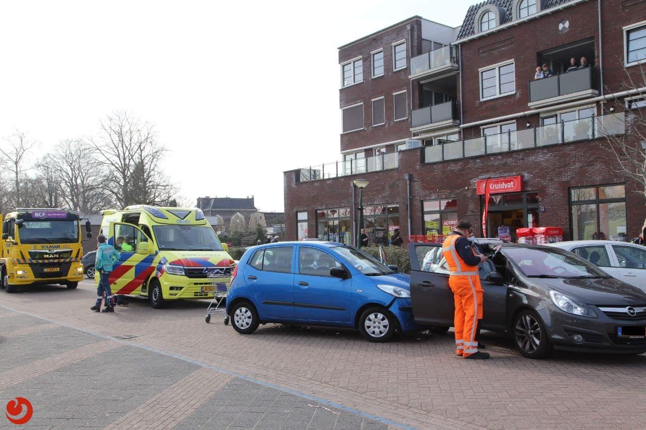 Auto's in botsing op parkeerplaats; vrouw gewond.