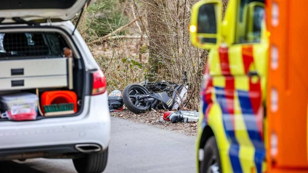 Scooter en auto in botsing; persoon gewond