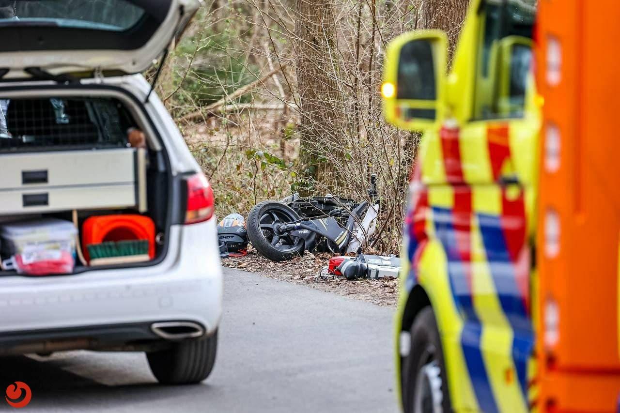 Scooter en auto in botsing; persoon gewond.