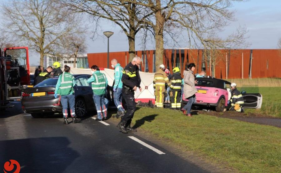 Frontale botsing tussen twee auto's; twee gewonden