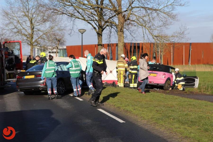 Frontale botsing tussen twee auto's; twee gewonden.
