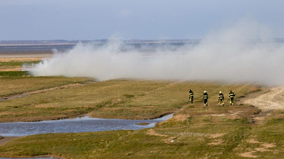 Brand achter dijk in Waddengebied snel gedoofd
