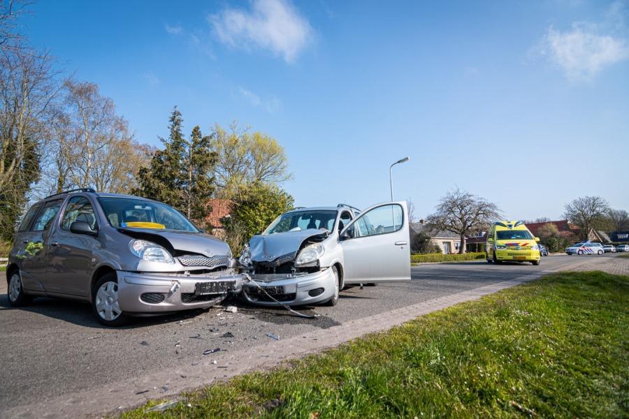 Vrouw gewond bij ongeval tussen twee auto's