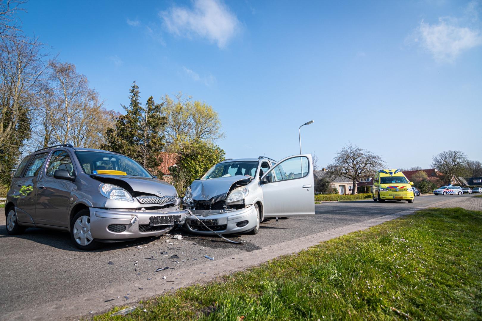 Vrouw gewond bij ongeval tussen twee auto's.