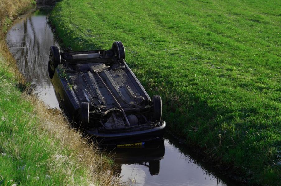 Auto belandt op de kop in de sloot door gladheid