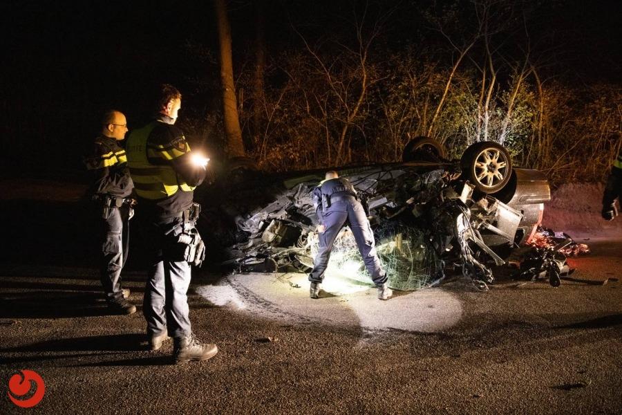 Auto op de kop; bestuurder gewond