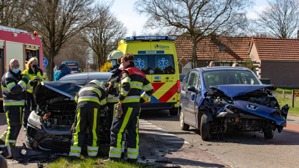 Persoon door brandweer uit auto bevrijd bij ongeval