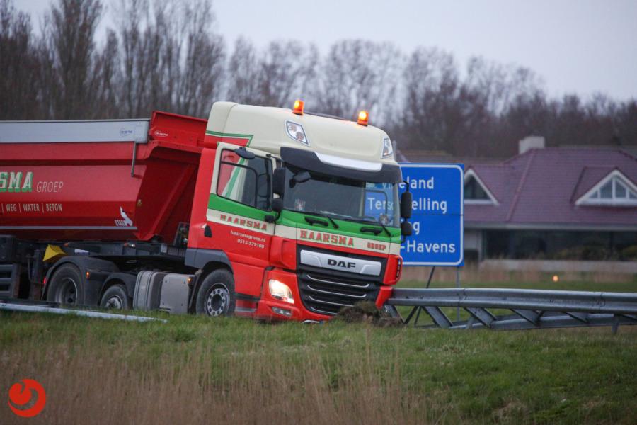 Vrachtwagen vast in berm N31