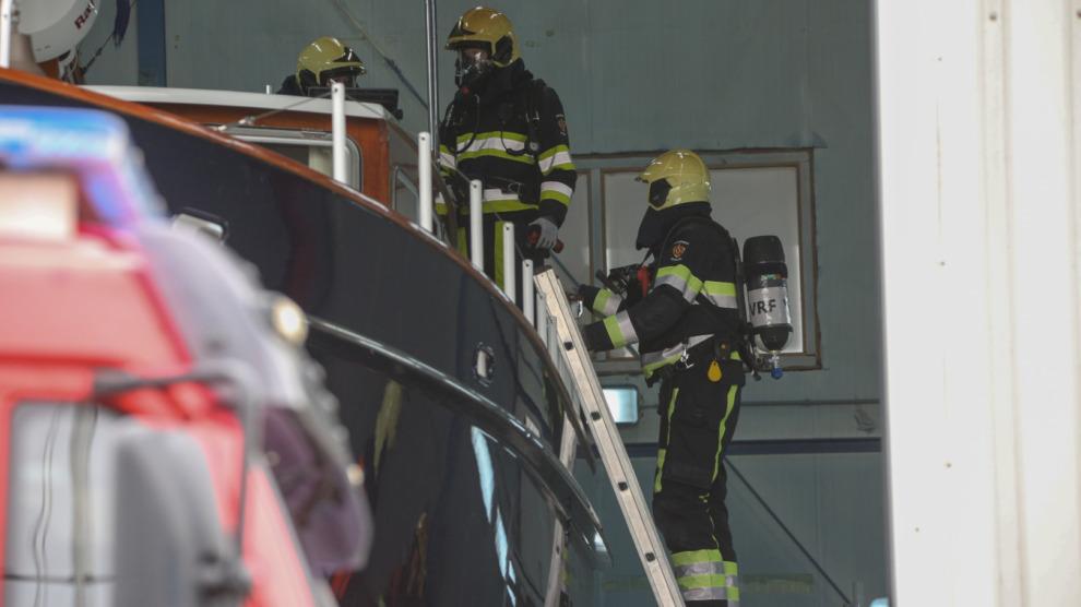 Brandende boot in bedrijfspand