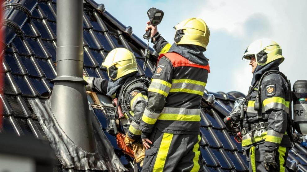 Schoorsteenbrand loopt uit in dakbrand
