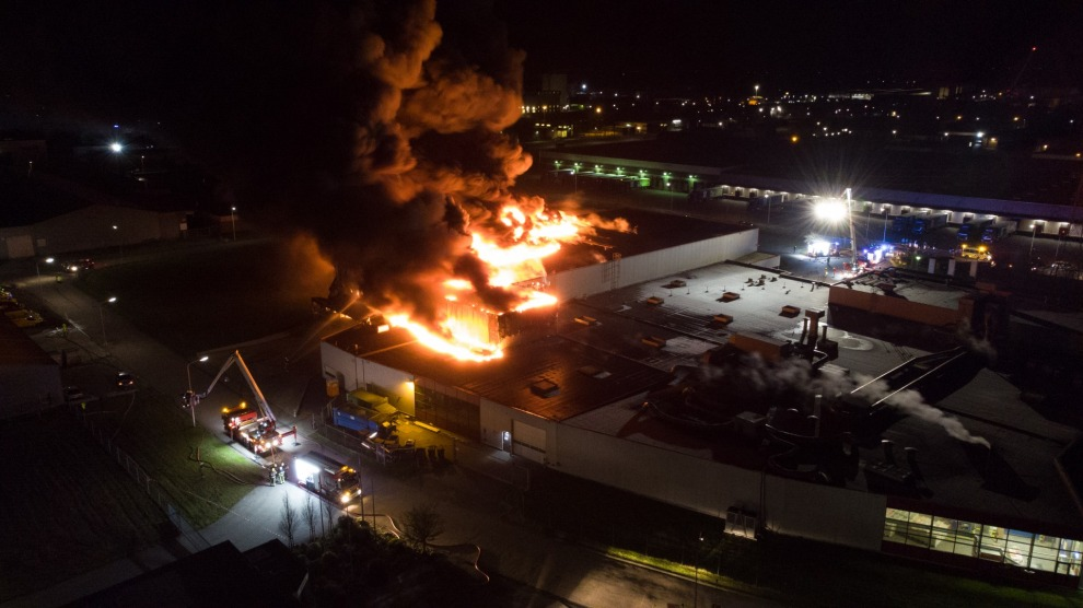 Grote uitslaande brand verwoest snoepfabriek