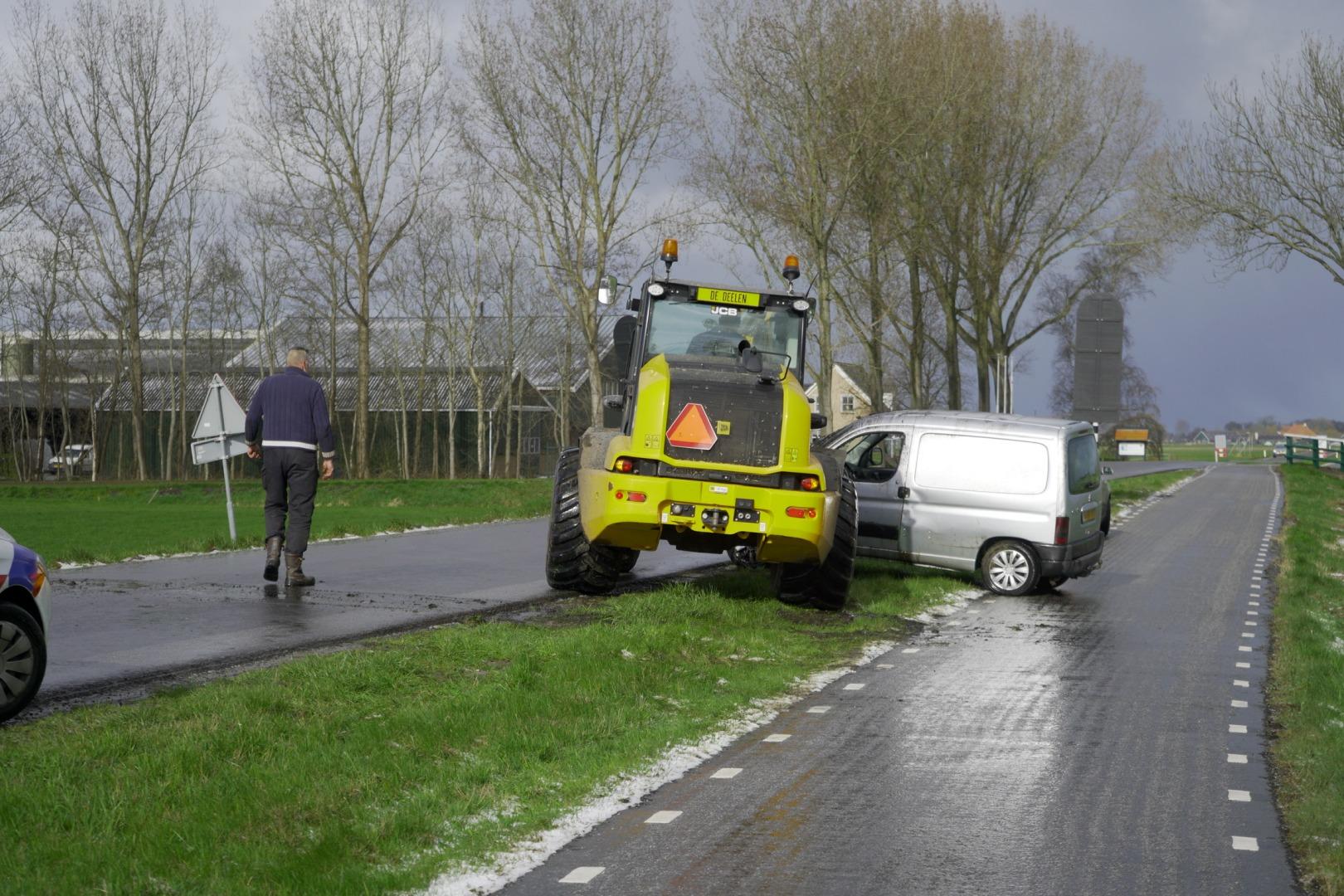 Automobilist verrast door hagelbui; auto in de sloot