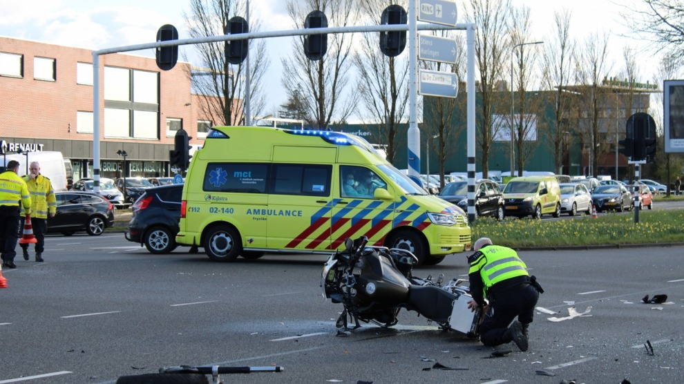 Motorrijder gewond na forse botsing op kruising